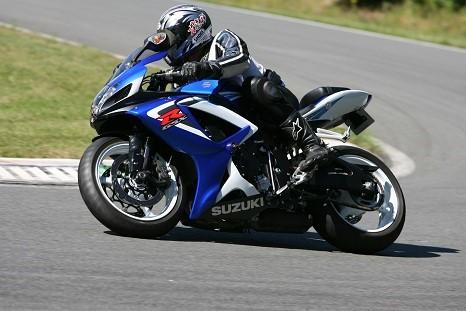 Action pilote débutant moto circuit